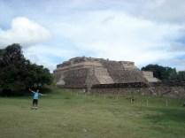 Carlos dono do lugar para mostrar a dimensão das ruinas