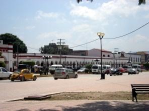 A igreja Santo Domingo e o antigo monastério que é a maior estrutura da cidade. Na frente dele ficam as lojas de artesanato.