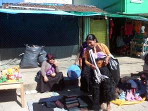 As mulheres muitas vezes fazem tradicionais roupas, cobertores e lembranças que incluem itens relacionados ao Zapatista