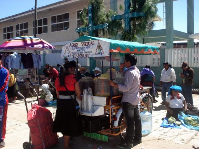 Águas frescas que são refrescos de frutas ou chá gelado e estão por todo o México