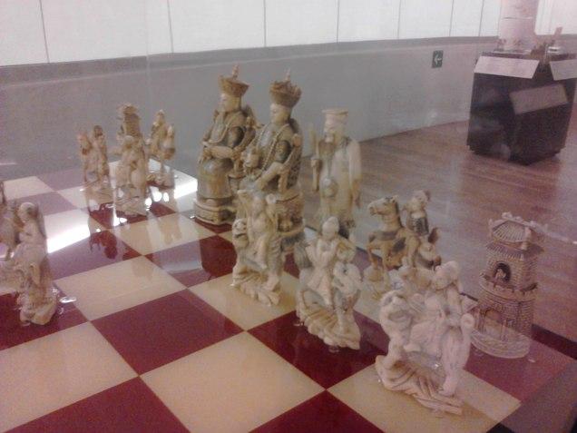 Dentro tem um andar apenas de esculturas em marfim. Esse é um jogo de xadrez
