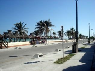 É uma praia tranquila, limpa e bonita