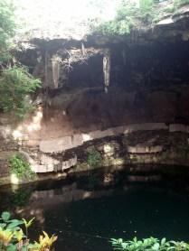 O cenote Zaci é uma caverna com teto aberto e água azul