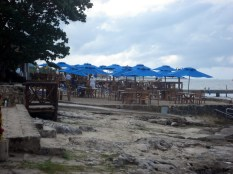 Um dos inúmeros bares que fecham e cobram pela praia