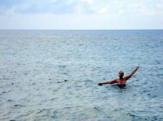 Eu depois do mergulho na única faixa de mar que conseguimos ter acesso