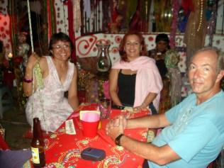 Gigi, Alma (nossa anfitriã) e Carlos no Le Lotus