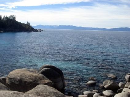 A cor cobalto do lago resulta de algas que vivem nele