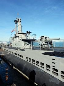 Que navegou em seis patrulhas na II Guerra, afundou seis navios japoneses e atacou mais quatro