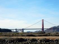 É uma ponte suspensa com 4.8 km entre a baia de SF e o Oceano Pacífico