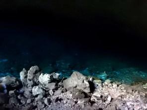 Lago azul no fundo da gruta