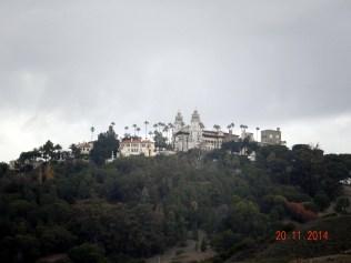 O castelo é lindo. Hearst queria um bangalô em cima das montanhas