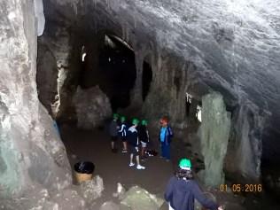 Já dentro da caverna, formações calcárias