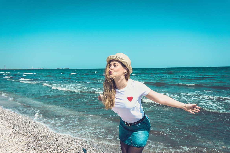 Szczęśliwa kobieta nad morzem