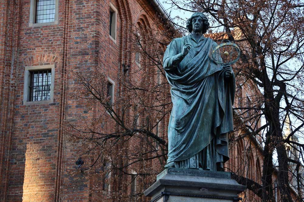 Co zobaczyć w Toruniu? Pomnik Mikołaja Kopernika.