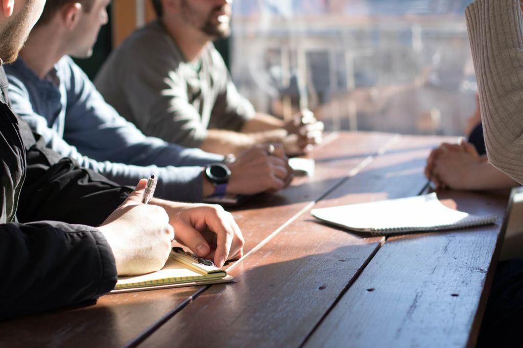 Jak rozwijać kreatywność? Może to być rozmowa z innymi, burza mózgów, wyjście do ludzi.