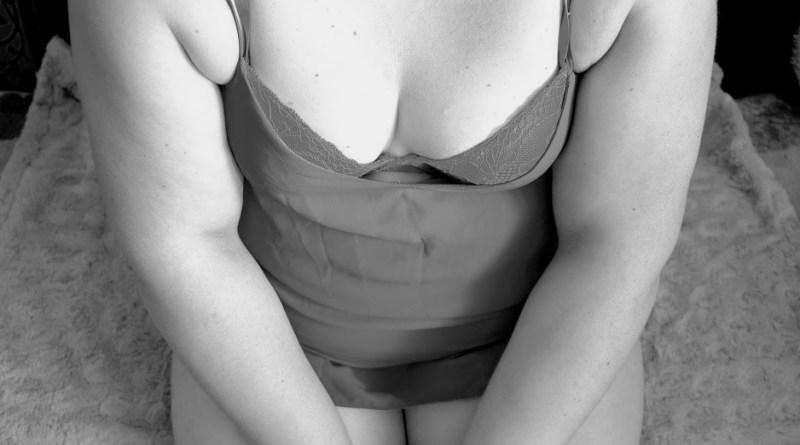 kobieta w bieliźnie