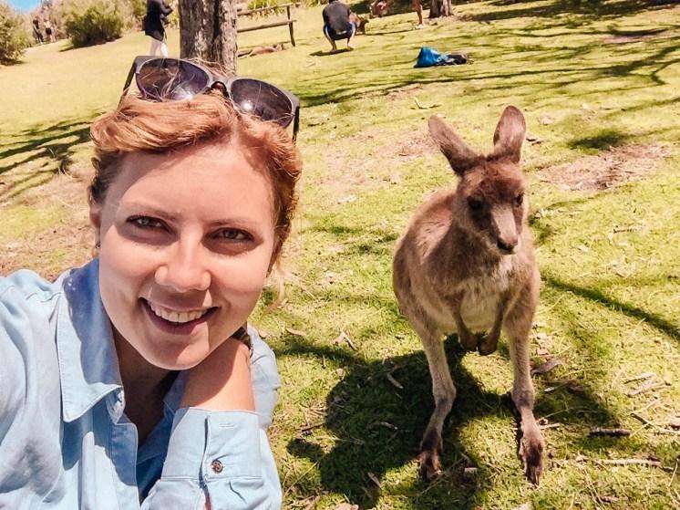 kobieta na zdjęciu z kangurem