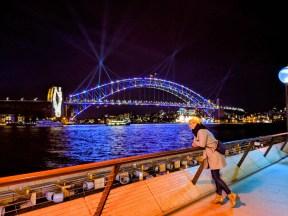 kobieta przy moście
