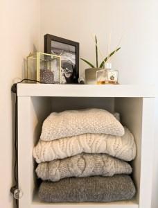 ubrania na półce