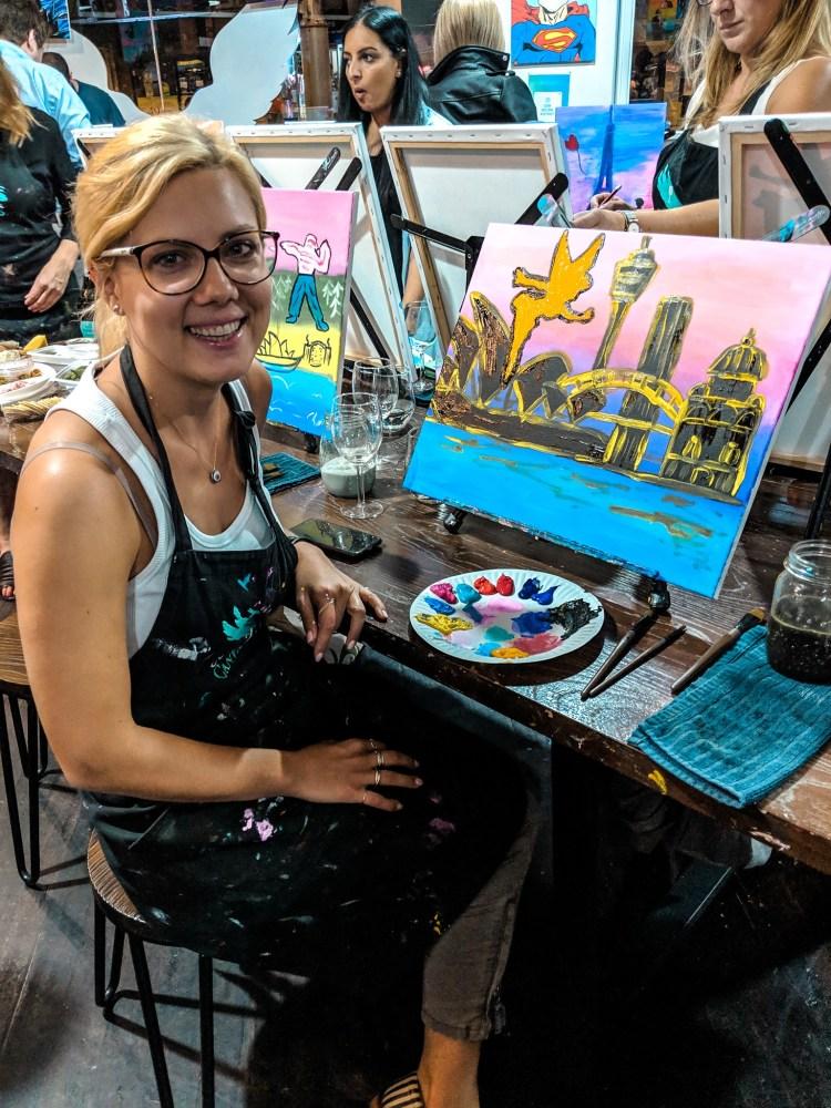 kobieta maluje obraz