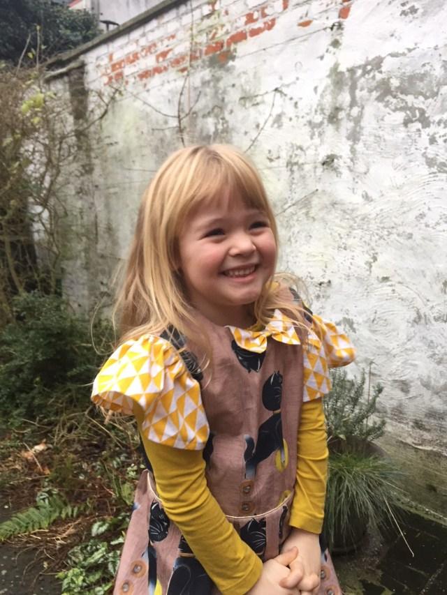 Gouden-meisje-in-Judith-jurk Judith & Vintage Kitten