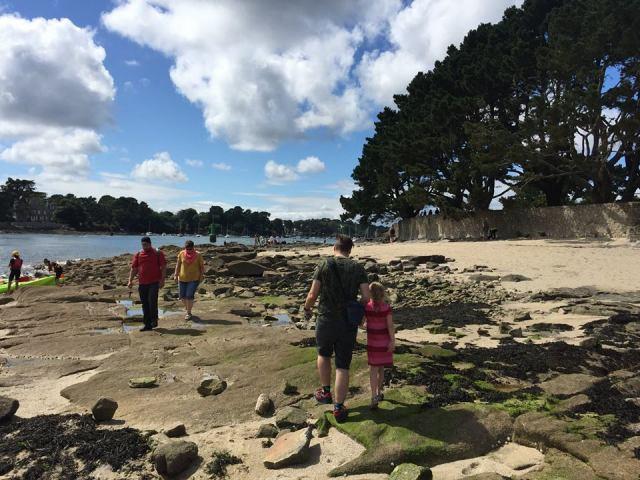 rotsen-op-het-strand-bij-Bénodet La douce France: op reis naar Bretagne met een kind