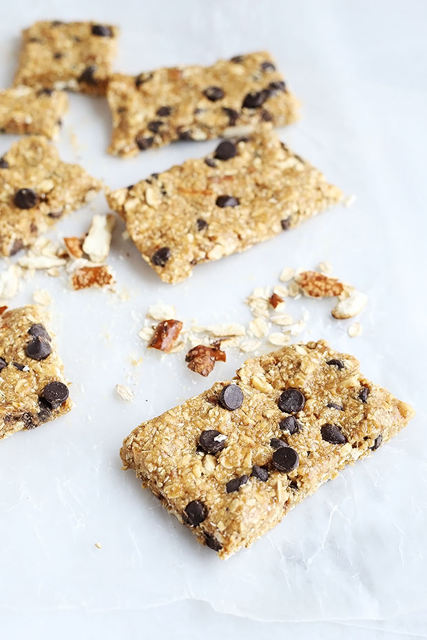 Healthy Peanut Butter Pretzel Energy Bars made with peanut butter, oats, pretzels, and chocolate chips! Naturally sweetened with maple syrup and dates Vegan and Gluten free / TwoRaspberries.com