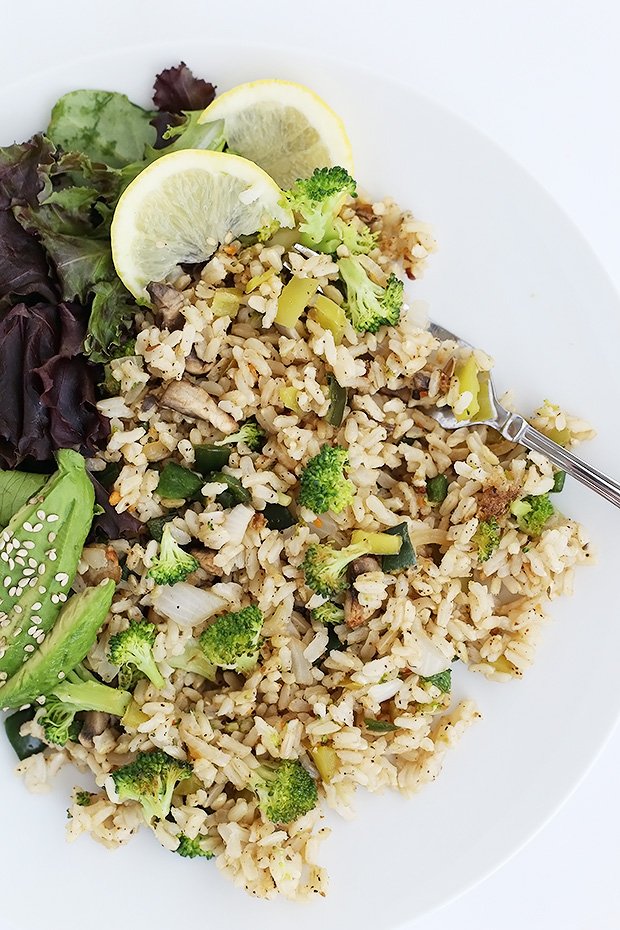 Healthy Mushroom Broccoli Pepper Rice is a low fat low sodium version of your favorite fried rice! It's quick and easy, vegan and gluten free! / TwoRaspberries.com