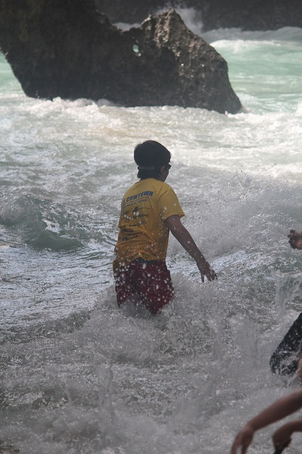 Visiting Bali with a 10-year-old boy: Suluban Beach: at the beach entrance