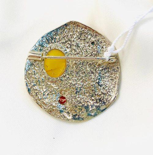 Брошь из серебра с янтарем «Мир на Земле»