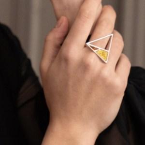 Кольцо треугольником, серебро, янтарь, TwoZi