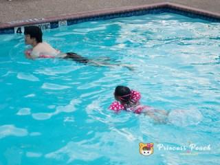 跟爸爸一起游泳