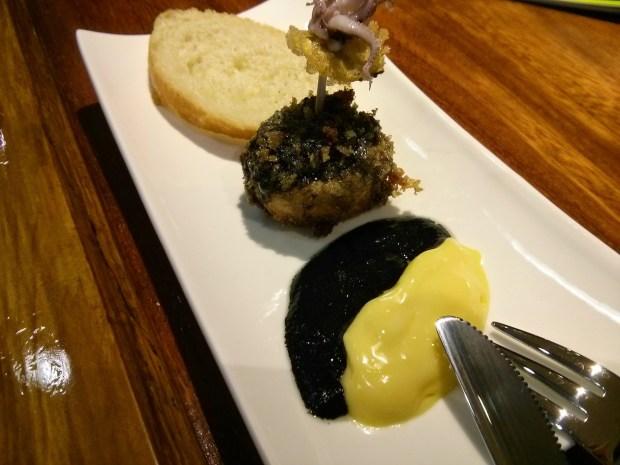 Txampiron. Champiñón relleno de chipirones en su tinta con salsa de chipirón y alioli.