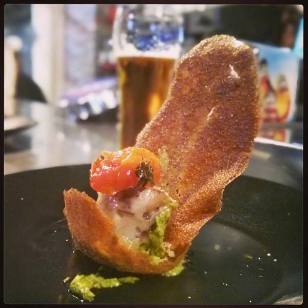 La peineta de Bárcenas. Manita de cerdo rellena de foie y petazetas con salsa de cilantro, tomate dulce semiseco y peineta de vizcaína.