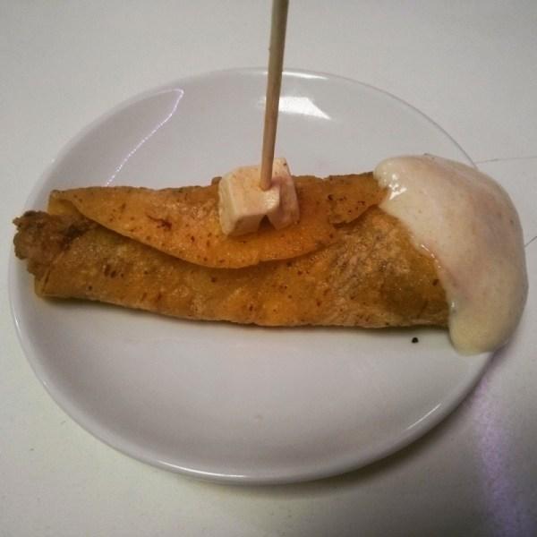 Perry Mason. Tortilla de maiz con ternera euskolabel, queso feta, parmesano, chiplote y alioli de antxoas.