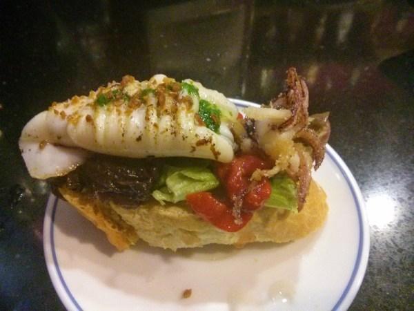 Kraken. Calamar confitado en Pedro Ximenez sobre base de cebolla morada, ajo deshidratado, pimiento del piquillo y aceite de perejil.