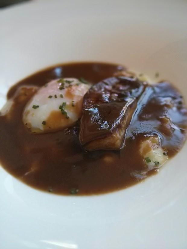 Huevo a baja temperatura con patata cremosa, foie y jugo de carne.