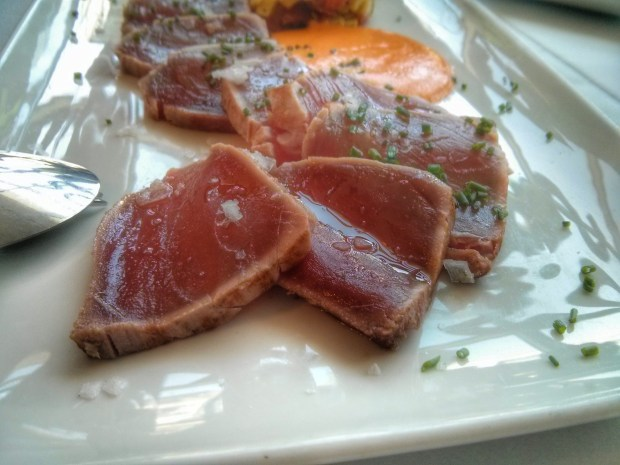 Tataki de atún rojo con tartar de aguacate y salmorejo.