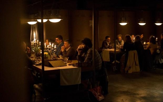 Tres mesas y un ambiente muy especial. / Sukalmedia.