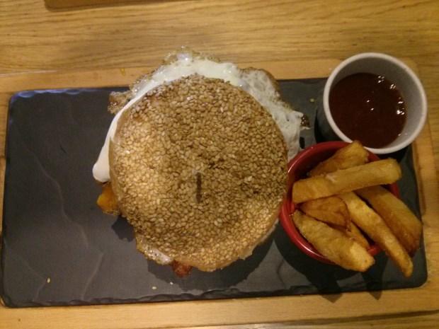 Plano cenital de la hamburguesa con huevo del Pikata Urban Burger.