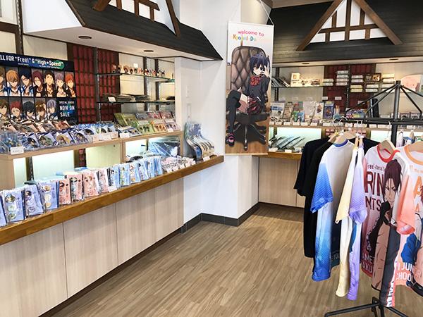 京都アニメーションの1階店内。人気のキャラクターグッズやのノべりティーなど多数。