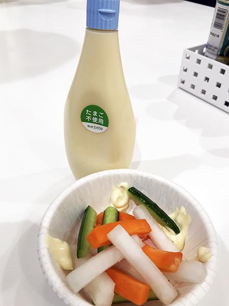 限定品を新鮮な野菜とともに。待ちに待った試食タイムです。