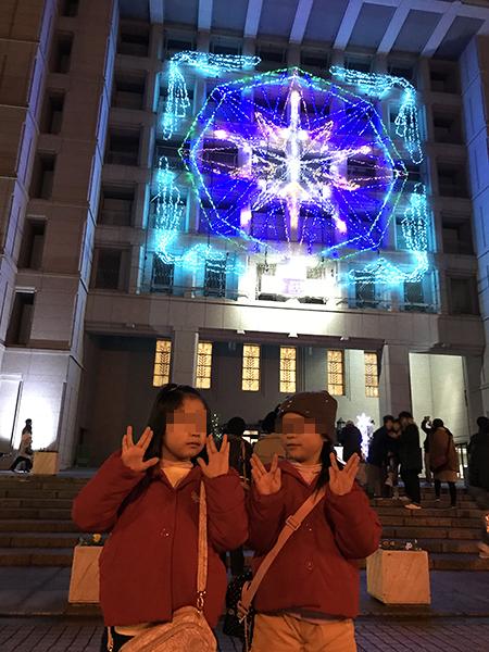 大阪市庁舎の正面玄関に設置された巨大な光のオブジェ。