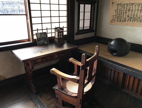 寛次郎はこの場所でこのテーブルを使い、椅子に座り仕事をしていました。