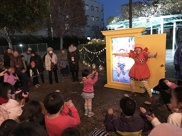ピエロたちのイベントは子供たちに大人気。参加型のイベントで大盛り上がり。