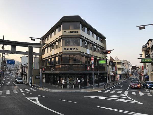 右が「宇治橋通り」、左は平等院や県神社(あがたじんじゃ)に続く「あがた通り」。