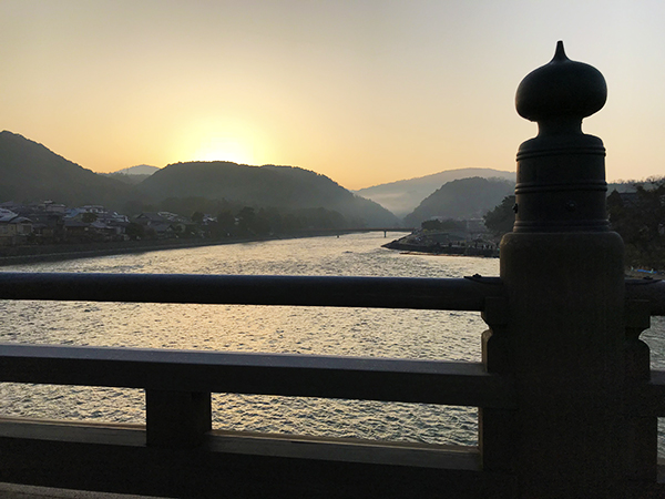 宇治橋から見た宇治川。朝焼けが美しい。早朝の橋の上は本当に寒いです。