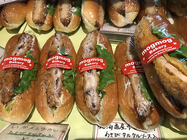 調理パンもバリエーション豊富。「イカ」のメンチカツなど面白いパンもあります。