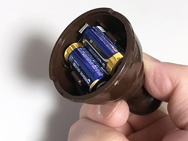 台座の底を開けて単5の電池を2本入れます。これで約60時間点灯が可能です。