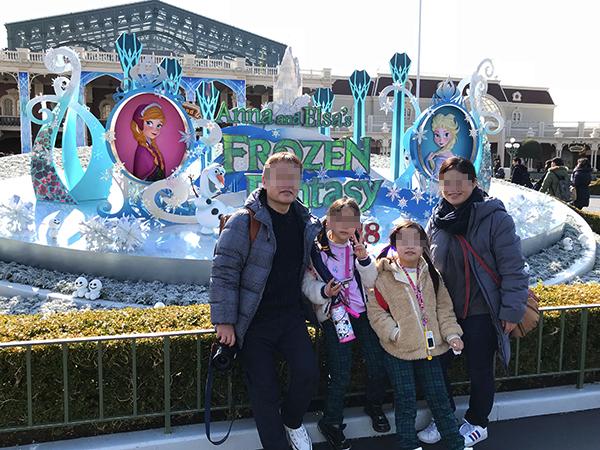 ディズニーランドの入口前モニュメント。気合の入るレッサーパンダ一家です。